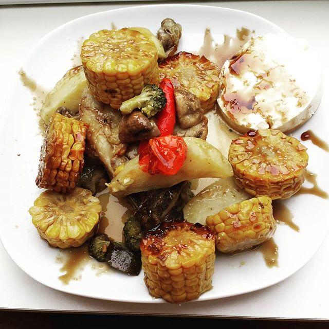 """Time to kick off the weekend with some vegetables a nice chicken leg and some feta and pomegranate syrupWusstet ihr das es keine """"guten """" oder """"schlechten"""" Mahlzeiten gibt!Die Dosis mach das Gift @kerstinclessienne@niksfit @sascha_molt #ref_ffm #roof #instafood #powerfood #instagood #diet #fun #therearenobadfoods #moderation #lecker #hähnchen #gemüse #kuhfeta #käse  #granatapfel #sirup"""