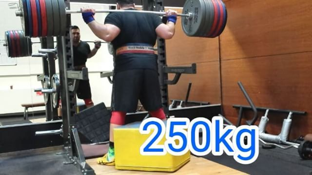 250 kg / Viertel Tonne Kniebeuge auf die Box! Hallo liebe Kraftsportfreunde ich wünsche euch einen sonnigen Samstag Nachmittag ich habe heute Mittag meinen Kniebeugen Rekord auf 250 Kilo für eine Wiederholung auf die Box erhöht und bin sehr happy darüber gewesen so dass ich es mit euch teilen wollte.Auch für dieses heutige extrem schwere Training habe ich mich mental zusammengerissen meinen Fokus auf den Versuch gelegt mich nicht selbst zu sehr aufgeheizt und geheizt sondern die gesamte Energie in die Wiederholung steckt sehr methodisch sehr genau versucht zu arbeiten um Verletzungsgefahren vorzubeugen die bei solch hohen Gewichten doch jedes Mal eine große Rolle spielen können.Also #follow @niksfit  @kerstinclessienne @sascha_molt for great #insights#squat #squats #kniebeugen #legs #boxsquats #training #powerbuilding #lifting #bodybuilding #fitness #rawpowerlifting #westsidebarbell #back #glutes #safe #painfree #exercise #trainhard #powerlifting #puretraining #sachsenhausen #personaltraining #coach #control #earnednotgiven #strongsleeves