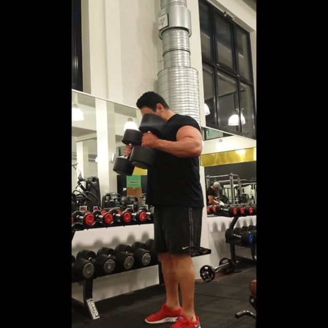Hammer curls 30kg for funWenn ihr Fragen habt einfach in die Kommentare und ich versuche euch gerne weiter zu helfen bis dahin bleibt stark und gesund euer Coach Mussa Also #follow @niksfit  @kerstinclessienne @sascha_molt for great #insights #hammercurls  #training #powerbuilding #lifting #bodybuilding #fitness #rawpowerlifting #westsidebarbell #arms #bodybuilding #safe #painfree #exercise #trainhard #powerlifting #puretraining #sachsenhausen #personaltraining #coach #control #earnednotgiven