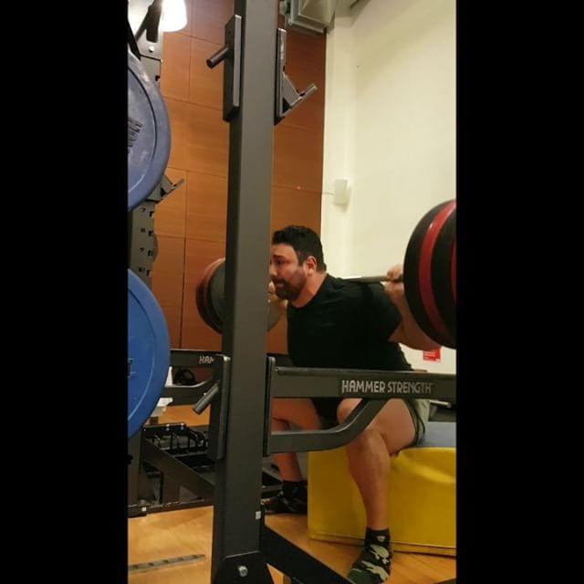 Box Squat 180 kg x 5 ohne Gürtel  PR! Hallo liebe Sportsfreunde dies war meine zweite Trainingseinheit heute nach diversen Personal Trainings und Fahrrad fahren durch die Stadt hat es mich jede Menge Überwindung gekostet die Leistung die ich hier gemacht habe zu vollbringen, doch es hat mir auch wieder mal gezeigt dass der Kopf die Richtung vorgibt und der Körper folgt.#mindoverbody #squat #squats #kniebeugen #legs #boxsquats #training #powerbuilding #lifting #bodybuilding #fitness #rawpowerlifting #westsidebarbell #back #glutes #safe #painfree #exercise #trainhard #powerlifting  #sachsenhausen #personaltraining #coach #control #earnednotgiven #barefoot #barfuss